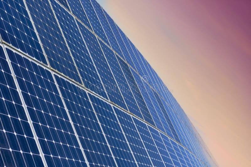Campo do painel solar pelo nascer do sol fotos de stock royalty free