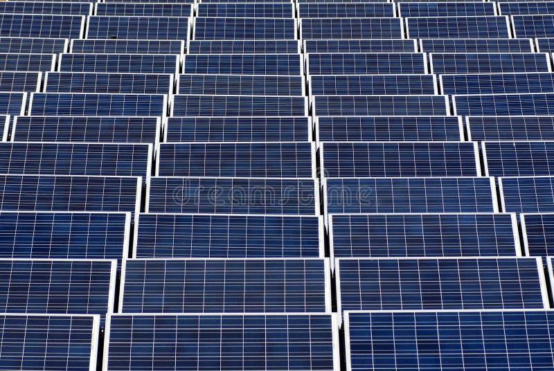 Campo dos painéis solares fotos de stock