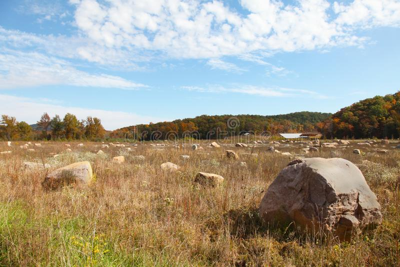Campo dos restos de Boulder no parque estadual do encerramento de Johnson no outono imagem de stock royalty free