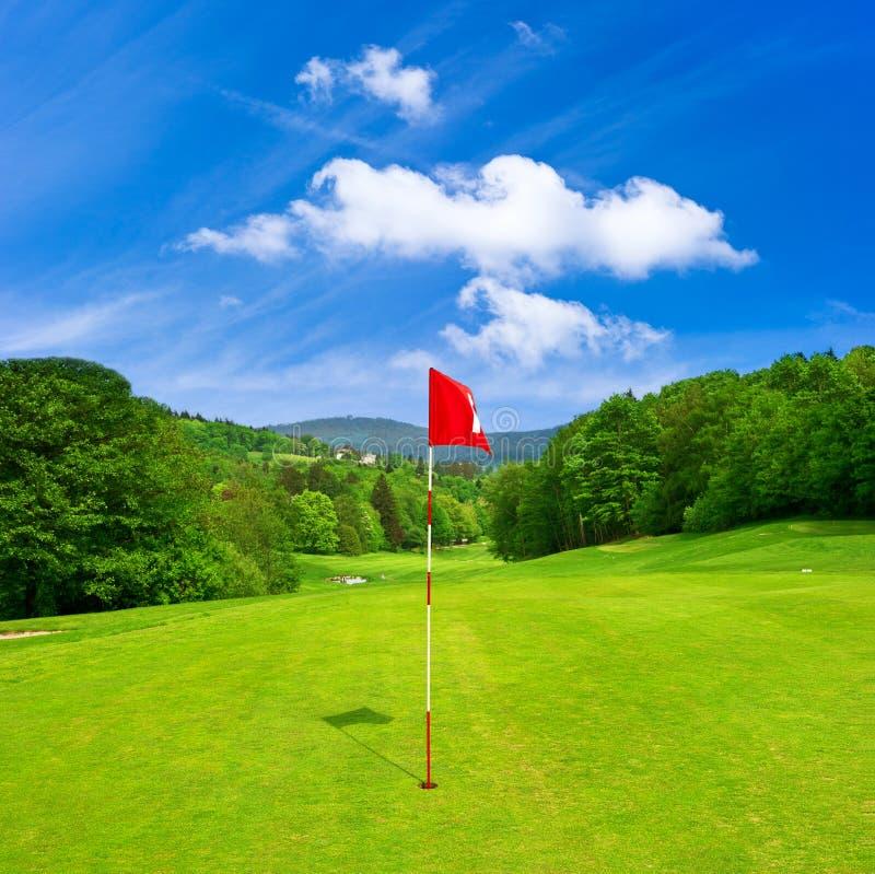 Campo e cielo blu di golf. paesaggio europeo fotografie stock libere da diritti