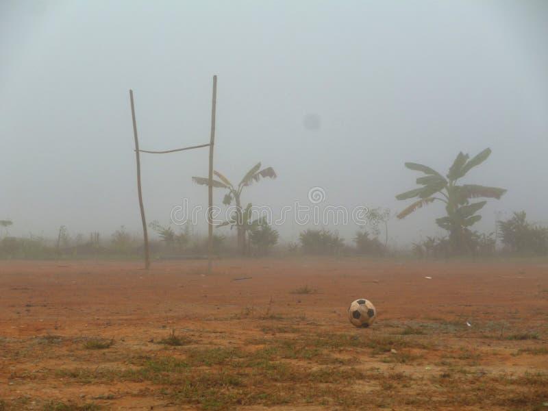 Campo e névoa de futebol imagem de stock