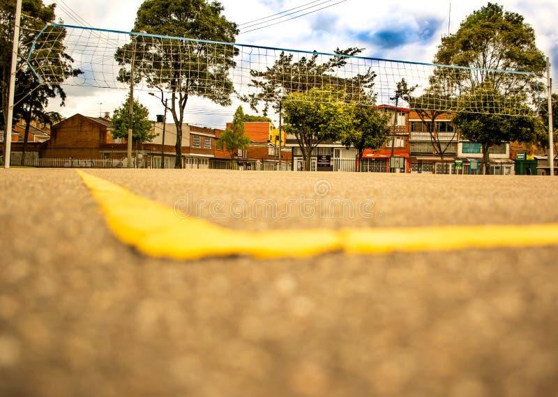 Campo e rede do voleibol em Sunny Day foto de stock