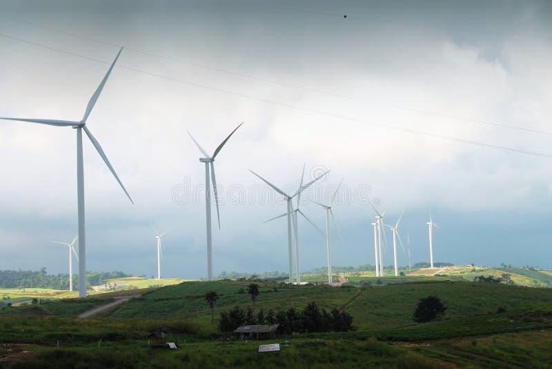Campo e turbina eólica largos para bonde imagem de stock royalty free