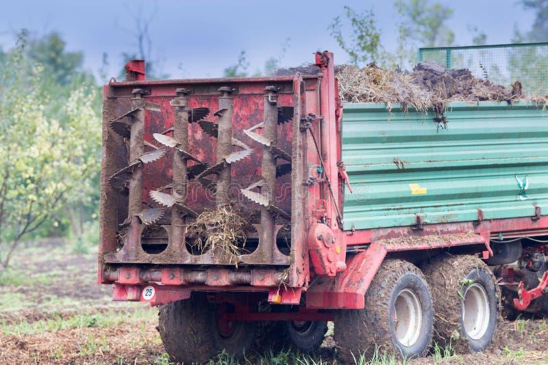 Campo fertilizzante del trattore con fusto fotografia stock