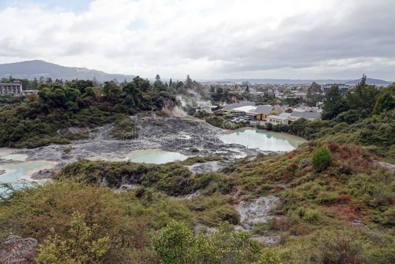 Campo geotérmico de Whakarewarewa en Rotorua, Nueva Zelanda foto de archivo libre de regalías