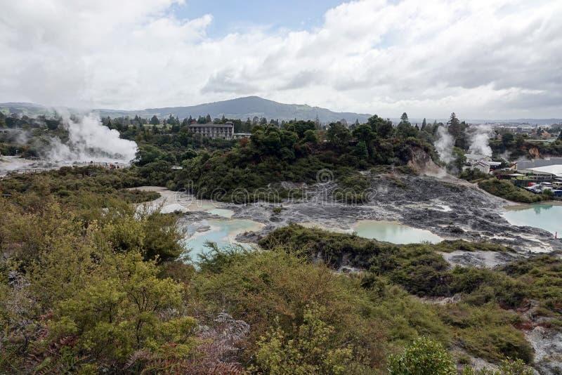 Campo geotérmico de Whakarewarewa en Rotorua, Nueva Zelanda fotografía de archivo