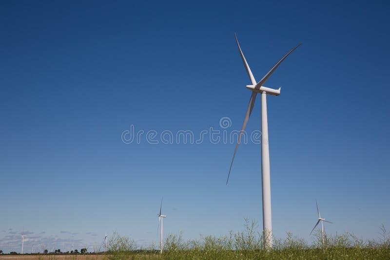 Campo grande das turbinas eólicas em Sunny Day fotos de stock