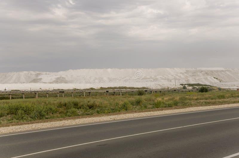 Campo grande del oto?o con los ?rboles lejos y las nubes en el cielo azul Carretera de asfalto travelling imagen de archivo