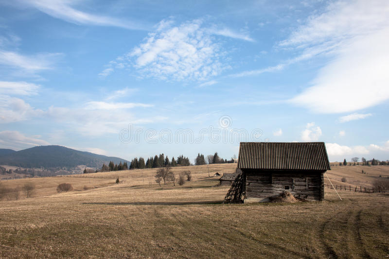 Campo, granero y cielo azul imagen de archivo