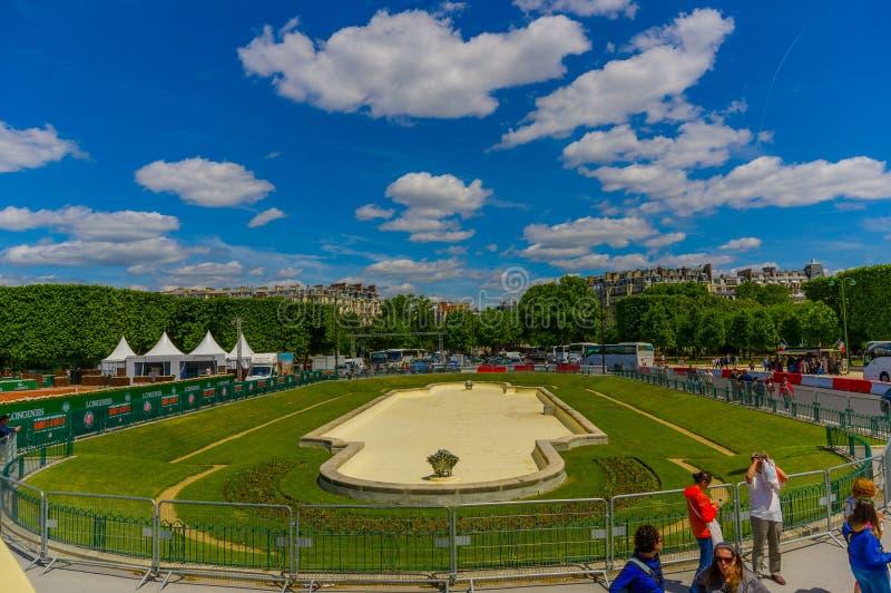 Campo hermoso de los jardines debajo de la torre Eiffel adentro imagenes de archivo