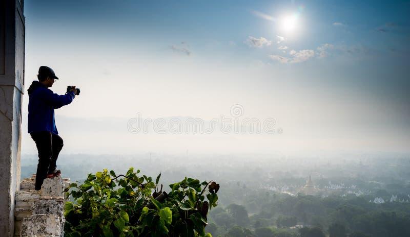 Campo hermoso por la mañana en la colina de Mandalay en Myanmar imagenes de archivo