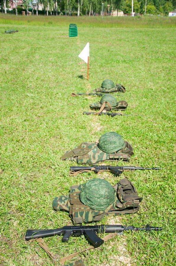 Campo militar Cascos en fila foto de archivo