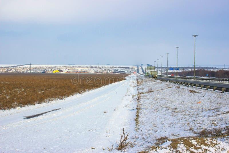 Campo, monta?as y camino del invierno foto de archivo libre de regalías