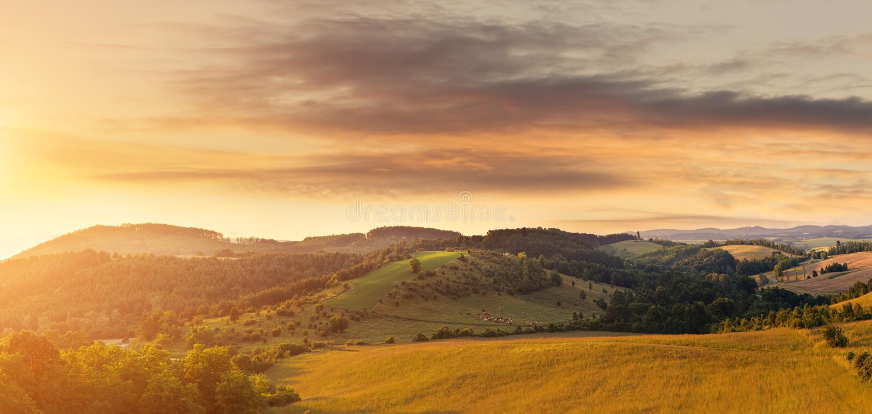 Campo montanhoso bonito, fotografado de uma altura fotografia de stock royalty free