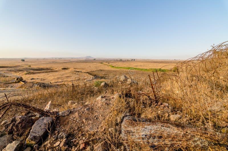 Campo na beira israelita e síria com arame farpado no telefone Saki, Israel foto de stock