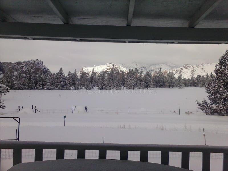 Campo Nevado que hace frente a Smith Rock, Oregon foto de archivo