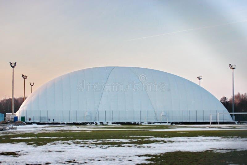 Campo per calcio o tennis nell'orario invernale tenda allungata per protezione e protezione dalle condizioni atmosferiche - neve fotografia stock libera da diritti