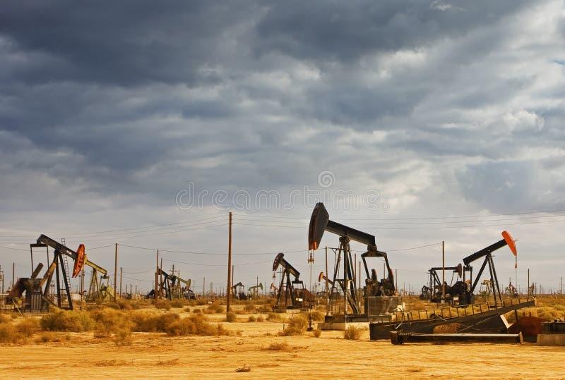 Campo petrolífero no deserto imagem de stock