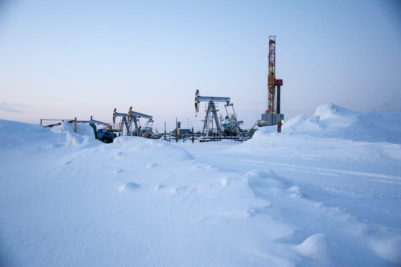 Campo petrolífero Plataforma de perforación y bomba de aceite imagen de archivo