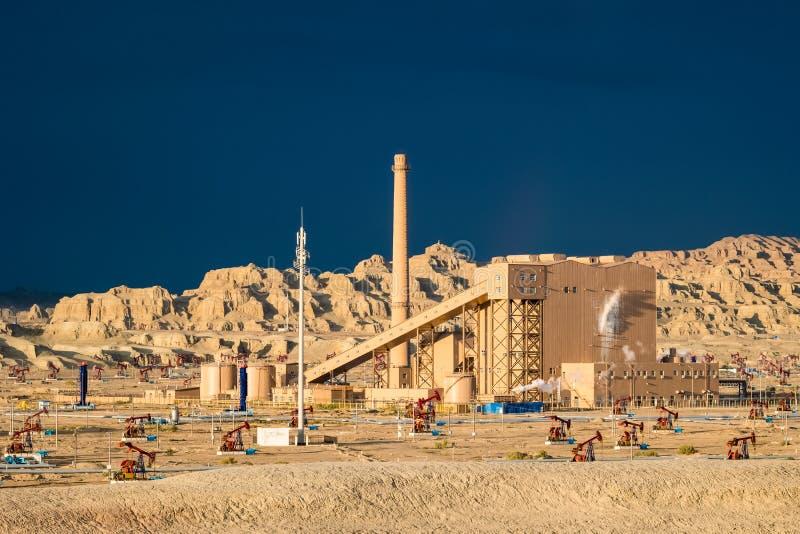Campo petrolífero ventoso de la ciudad foto de archivo libre de regalías