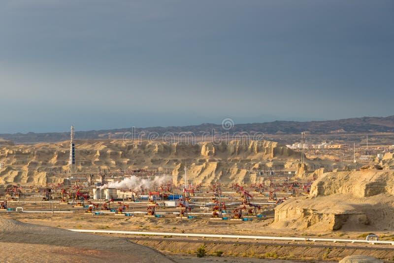 Campo petrolífero ventoso de la ciudad de Xinjiang en la oscuridad foto de archivo libre de regalías