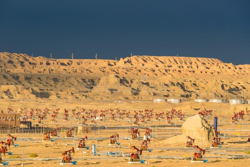Campo petrolífero ventoso de la ciudad de Xinjiang en la oscuridad fotografía de archivo