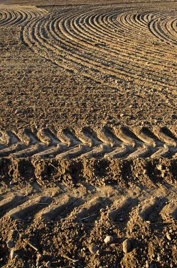 Campo recentemente arato del terreno argilloso fotografia stock libera da diritti