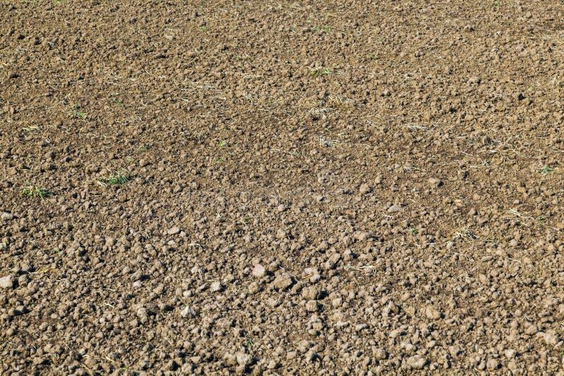 Campo recientemente arado en primavera fotos de archivo