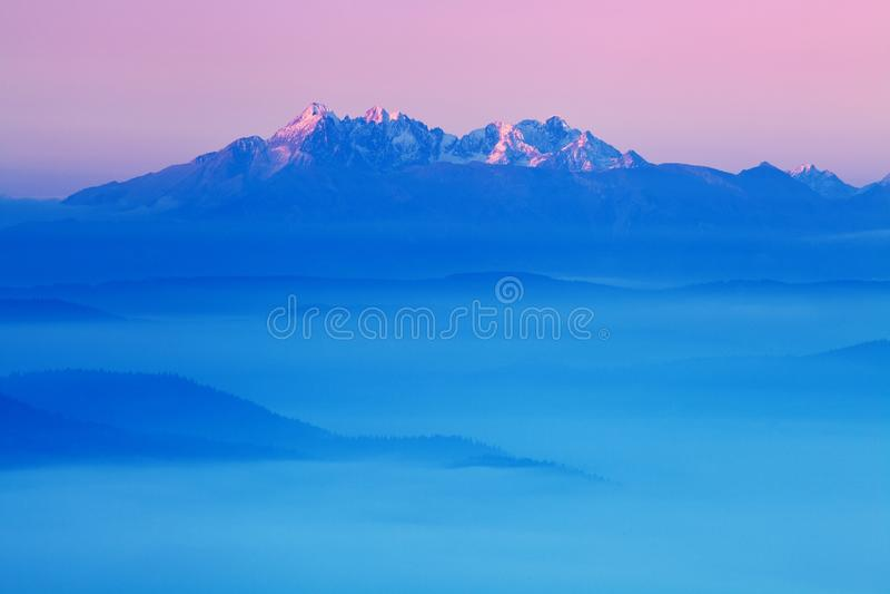 Campo rodante brillante en la luz de igualación Día pintoresco y escena magnífica en tiempo de primavera Montañas cárpatas, Eslov fotos de archivo