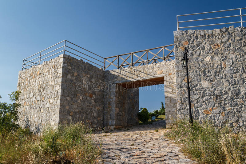 Campo romano reconstruido cerca de la bahía de huesos en el lago Ohrid foto de archivo