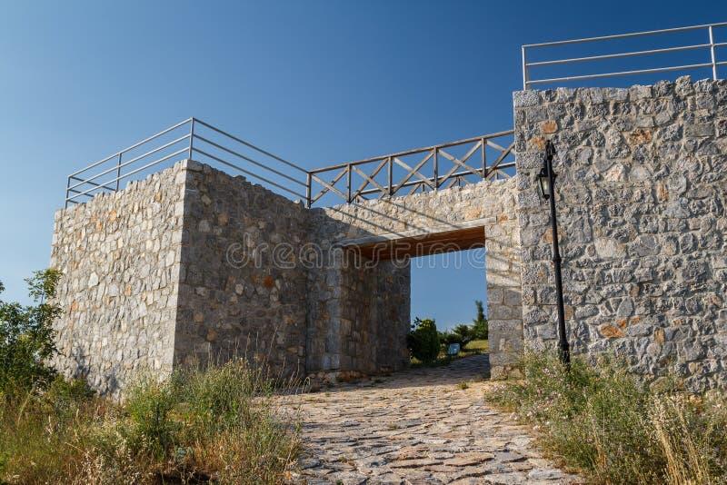 Campo romano ricostruito vicino alla baia delle ossa sul lago ohrid fotografia stock