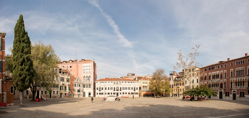 Campo San polo med turister i Venedig royaltyfri bild
