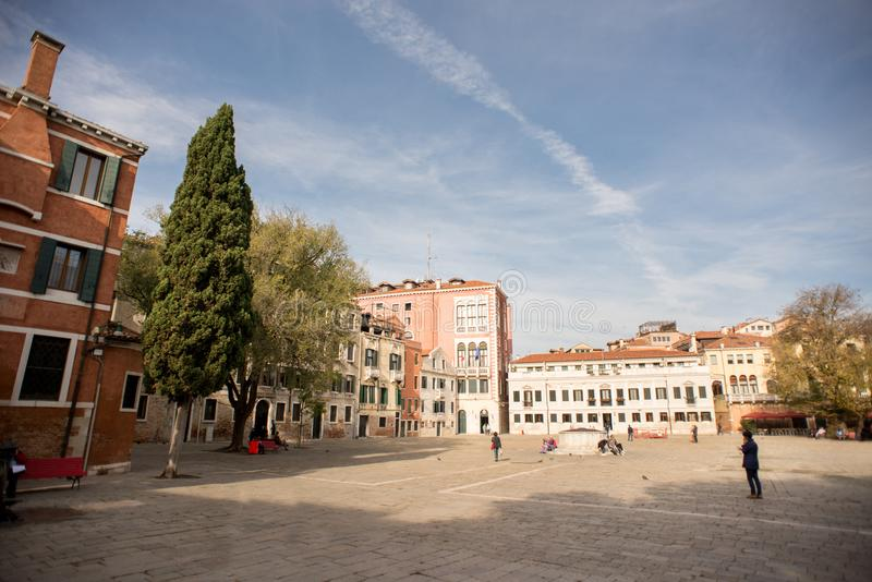 Campo San polo med turister i Venedig arkivfoto