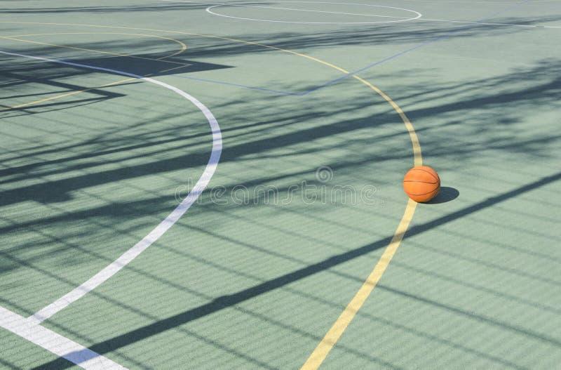 Campo sportivo della scuola all'aperto Palla di pallacanestro sulla corte vuota di sport immagini stock