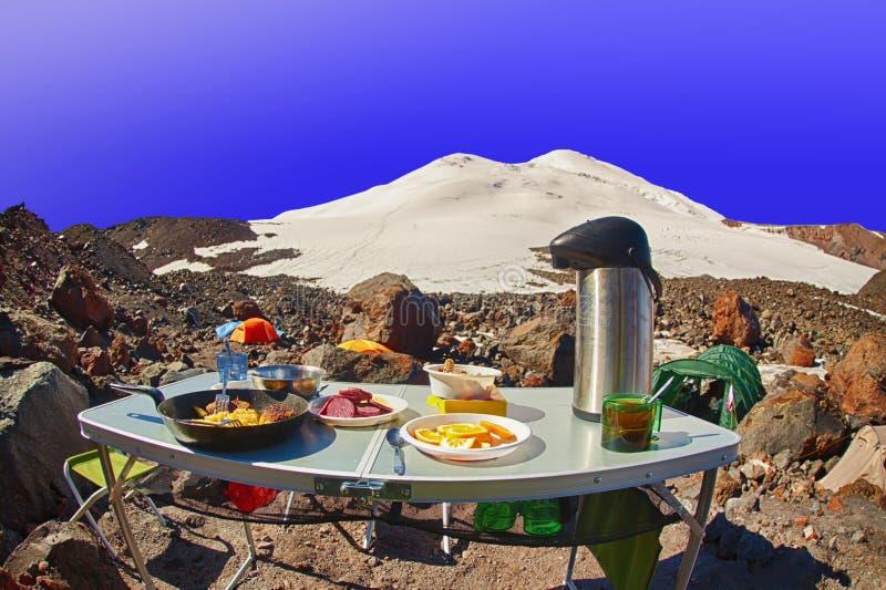 Campo turístico de la cumbre de la alta montaña del desayuno imagen de archivo libre de regalías
