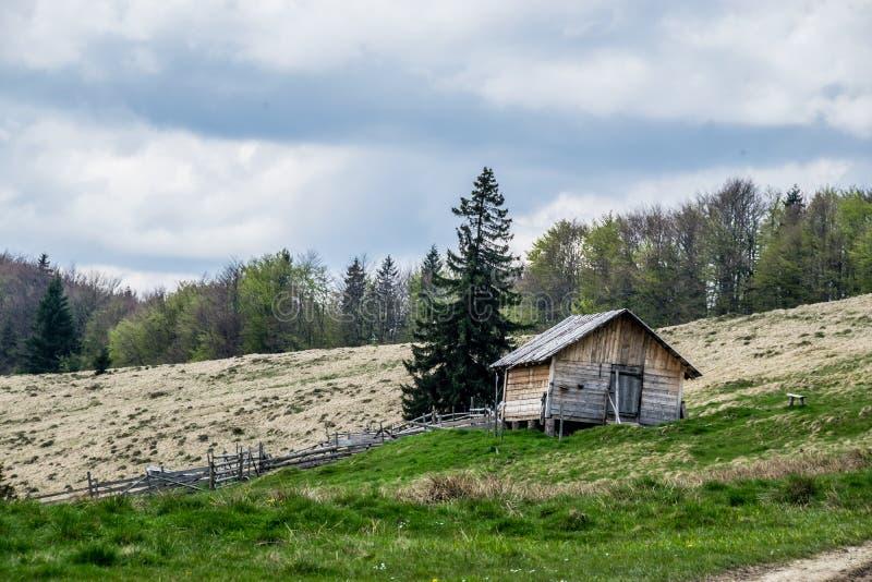 Campo ucraniano, casa da quinta em um monte fotos de stock