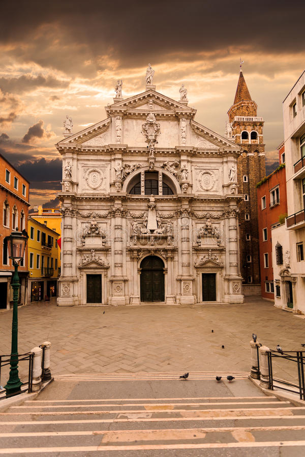 Campo und Chiesa di San Moise im Sonnenaufgang Venedig Italien stockfotografie