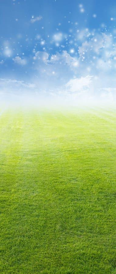 Campo verde, cielo azul imagenes de archivo