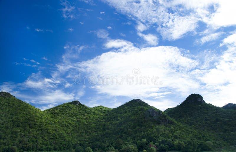 Campo verde de la montaña de Kanchanaburi, Thaila fotos de archivo