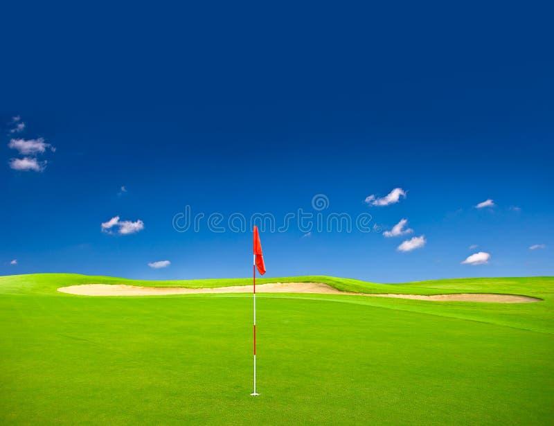 Campo verde di golf con cielo blu fotografie stock