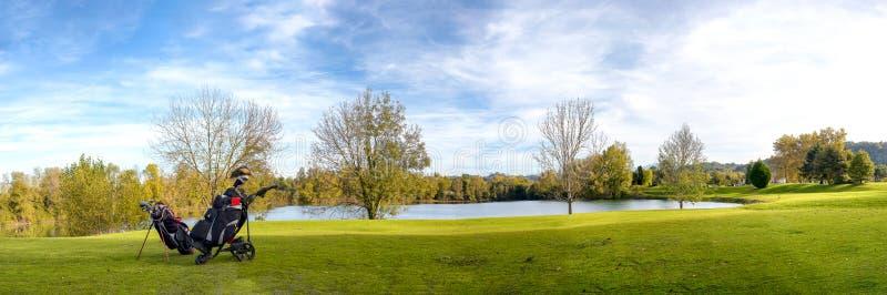 Campo verde di golf e cielo nuvoloso blu fotografia stock