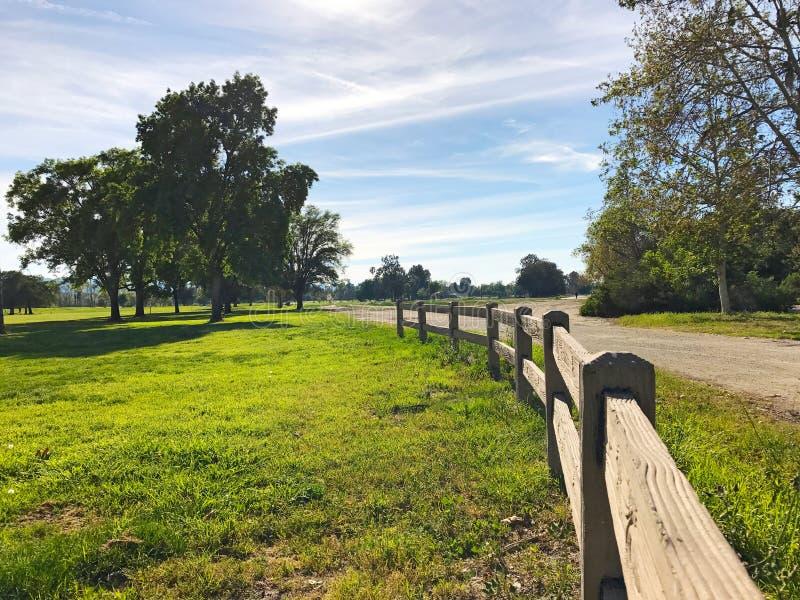 Campo verde di golf e cielo nuvoloso blu Paesaggio americano fotografie stock libere da diritti