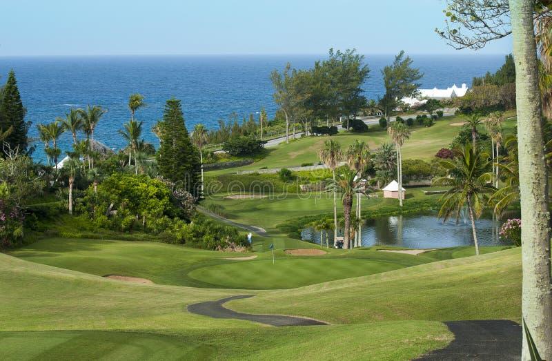 Campo verde do golfe e céu azul. fotografia de stock royalty free