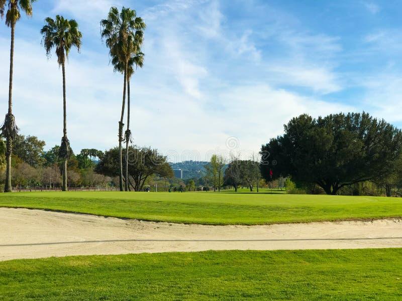 Campo verde do golfe e céu nebuloso azul Paisagem americana fotos de stock