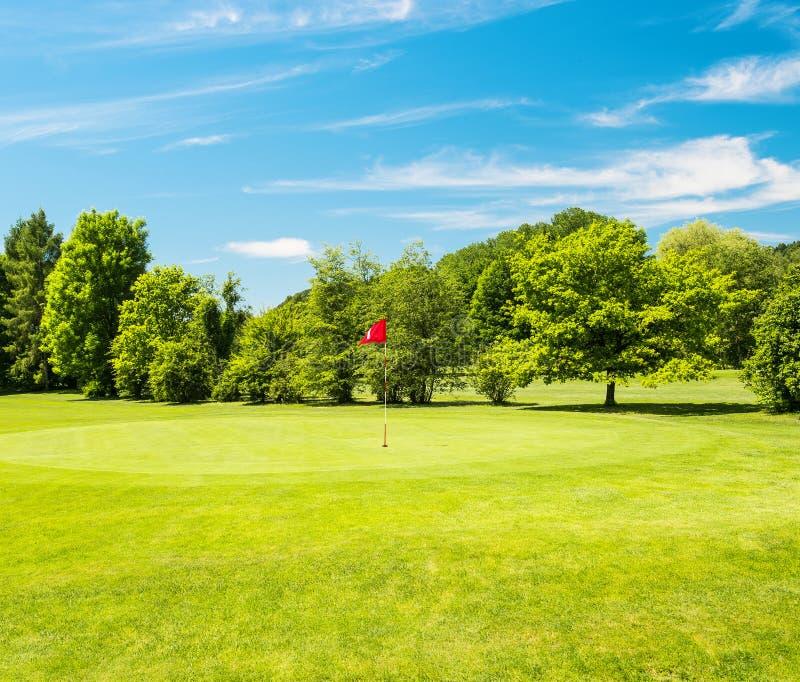 Campo verde e bello cielo blu Campo da golf immagine stock