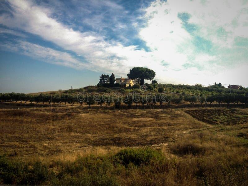Campo y chalet italianos en la ruta a Nápoles imagen de archivo libre de regalías