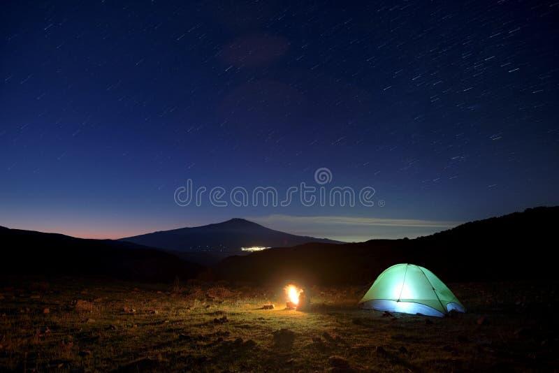 Campo y Etna Volcano Under The Starry Sky salvajes en el amanecer, Sicilia fotografía de archivo libre de regalías