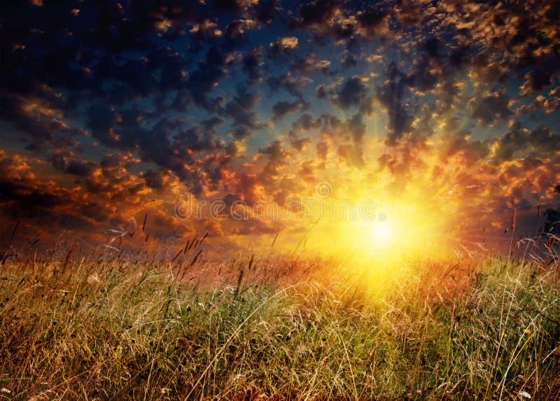 Campo y puesta del sol imagen de archivo