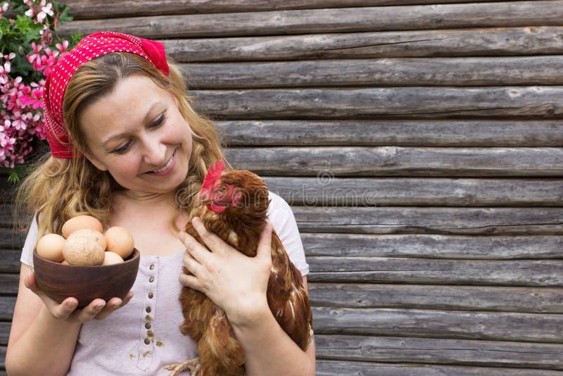 Camponês com ovos e uma galinha fotografia de stock