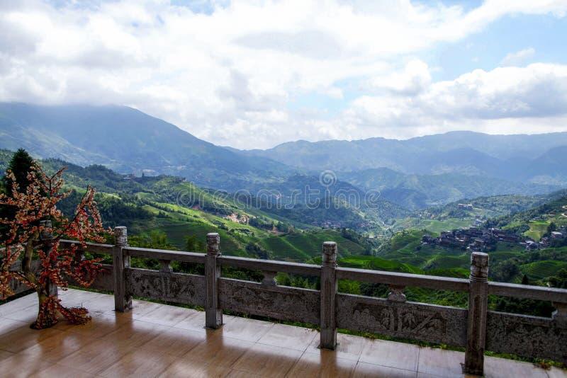 Campos colgantes verdes, terraza a lo largo de las montañas fotos de archivo